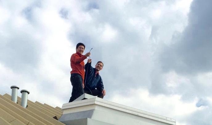 David Son und Oliver Struch auf dem Dach: Sie verlegen das Wlan Kabel.
